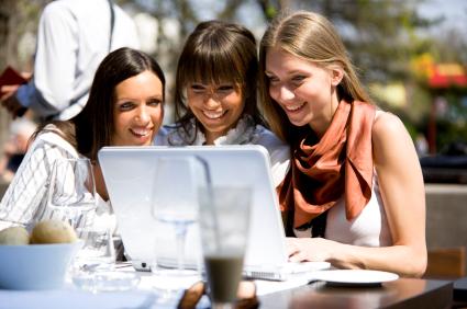 Gemeinsame Mittagspause in der Stadt: Einkaufen geht immer und überall - (c) istock.com | webphotographeer