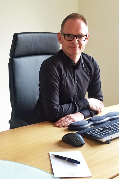 Nico Erhardt an seinem Berliner Arbeitsplatz - Zweigstelle der service & media online-werbung GmbH feiert ersten Geburtstag im April 2017