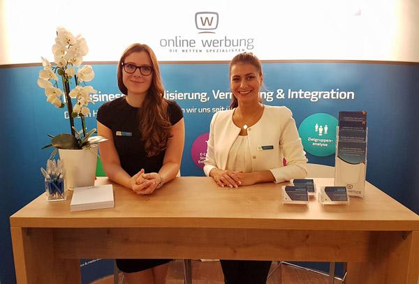 Jarla Därr und Josie Hoffmann auf dem Tag des Online-Marketing in Kiel.