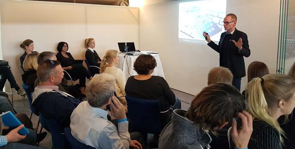 """Nico Erhardt während seines Workshops """"Nutzerfreundliche Websites - mehr als Usability, SEO und SEA"""""""