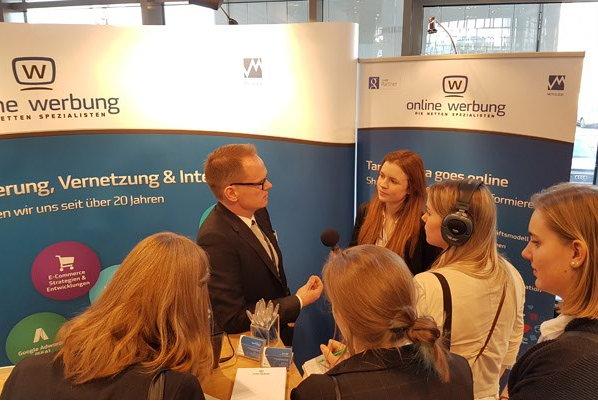 Nico Erhardt im Interview mit einer Gruppe Azubis zum Thema Digitalisierung
