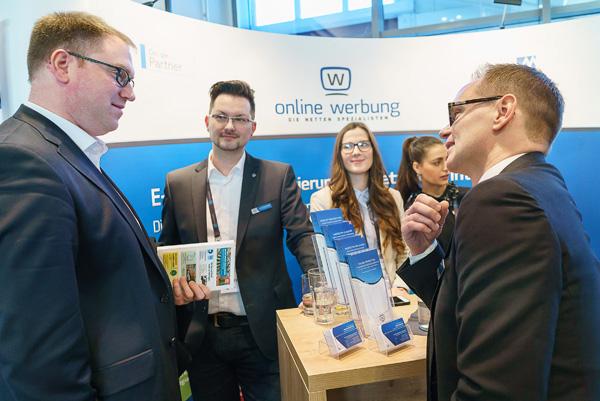 Lübecks designierter Bürgermeister Jan Lindenau im Gespräch mit Martin, Jarla, Josie und Nico (v.l.)
