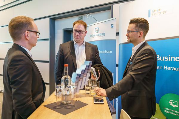 Angeregter Austausch zuwischen Nico Erhardt, Jan Lindenau und Martin Kudritzki (v.l)